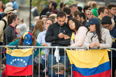 PHILADELPHIA, PA - SEPTEMBER 26: Crowds of people arrive on the Benjamin Franklin Parkway in Center City Philadelphia to Royalty Free Stock Photos