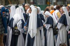PHILADELPHIA PA - SEPTEMBER 26: Folkmassor av folk ankommer på Benjamin Franklin Parkway i mittstaden Philadelphia till royaltyfri foto