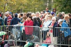 PHILADELPHIA, PA - 26. SEPTEMBER: Mengen von Leuten kommen auf Benjamin Franklin Parkway in der Mittelstadt Philadelphia zu an Stockfotos