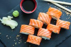 Philadelphia rullklassiker på en mörk stenbakgrund Philadelphia ost, gurka, avokado japanska sushi Top beskådar Royaltyfria Foton