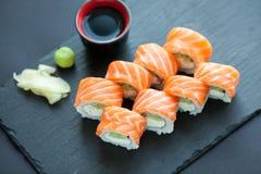 Philadelphia rullklassiker på en mörk stenbakgrund Philadelphia ost, gurka, avokado japanska sushi Top beskådar Arkivbild