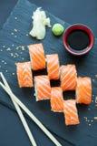 Philadelphia rullklassiker på en mörk stenbakgrund Philadelphia ost, gurka, avokado japanska sushi Top beskådar Arkivfoton