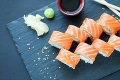 Philadelphia rullklassiker på en mörk stenbakgrund Philadelphia ost, gurka, avokado japanska sushi Top beskådar Fotografering för Bildbyråer