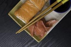 Philadelphia rullsushi med laxen, gräddost Japansk mat Arkivbilder
