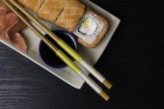 Philadelphia rullsushi med laxen, gräddost Japansk mat Fotografering för Bildbyråer