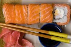 Philadelphia rullsushi med laxen, räka, gräddost Japansk mat Arkivfoton