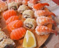 Philadelphia rullsushi med laxen, rökt ål, gurka, avokado, gräddost, röd kaviar Sushimeny Japansk mat Sunt f Royaltyfri Foto
