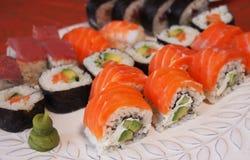Philadelphia rullsushi med laxen, rökt ål, gurka, avokado, gräddost, röd kaviar Sushimeny Japansk mat Sunt f Fotografering för Bildbyråer