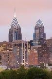 Philadelphia-Skyline des eine und zwei Freiheit-Platzes mit rosafarbenem sogar Stockfotos