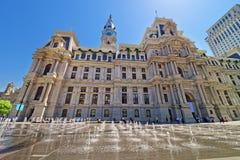Philadelphia stadshus med springbrunnen på Penn Square Arkivfoton