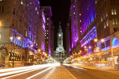 Philadelphia-Straßen bis zum Nacht Stockfotos