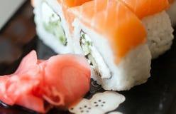 Philadelphia sushi på en svart platta Arkivbild