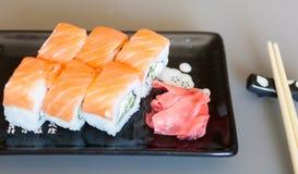 Philadelphia sushi på en svart platta Arkivbilder