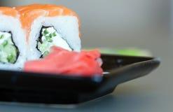 Philadelphia sushi på en svart platta Royaltyfria Bilder