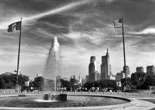 Philadelphia USA - Maj 29, 2018: Folk runt om springbrunnen nära Philadelphia konstmuseum- och Philadelphia sikt på arkivbilder