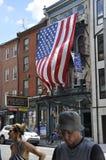 Philadelphie, PA, le 3 juillet : Drapeau du centre ville et des Etats-Unis de vue de rue de Philadelphie en Pennsylvanie Etats-Un Image stock
