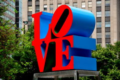 Philadelphie, PA : Sculpture en AMOUR de Robert Indiana Image stock