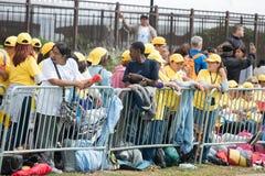 PHILADELPHIE, PA - 26 SEPTEMBRE : Les foules des personnes arrivent sur Benjamin Franklin Parkway dans la ville centrale Philadel Photo libre de droits