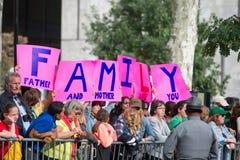 PHILADELPHIE, PA - 26 SEPTEMBRE : Les foules des personnes arrivent sur Benjamin Franklin Parkway dans la ville centrale Philadel Photos stock