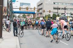 PHILADELPHIE, PA - 26 SEPTEMBRE : Les foules des personnes arrivent sur Benjamin Franklin Parkway dans la ville centrale Philadel Image stock