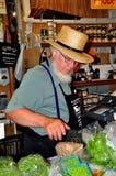 Philadelpjhia, PA: Человек Амишей продавая еду на рынке стоковое фото