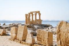 Philae tempel av Isis på den Agilkia ön i sjön Nasser, Aswan Royaltyfri Fotografi