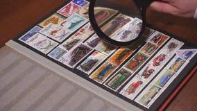 philately Het doorbladeren pagina's van stockbook stock footage