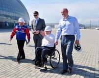 Philip Craven besichtigte olympischen Park Sochis Stockbild