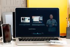 Philip Schiller comapring nowego MacBook Pro przy głównym wątkiem Obraz Royalty Free