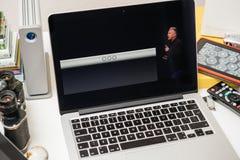 Philip Schiller von Apple, welches über die intelligente Tastatur von iPad Pro spricht Lizenzfreie Stockbilder