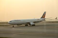 Philippine Airlines bij tarmac van Hong Kong-luchthaven stock foto