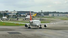 Philippinen-Fluglinien Airbus 330, der an Changi-Flughafen mit einem Taxi fährt Lizenzfreies Stockbild