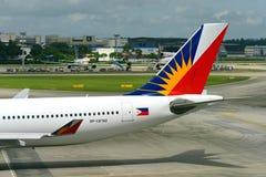 Philippinen-Fluglinien Airbus 330, der zum Tor an Changi-Flughafen mit einem Taxi fährt Lizenzfreies Stockfoto