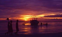 Philippinen-Inseln: Drei Jungen bei Sonnenuntergang auf Boracay lizenzfreie stockbilder
