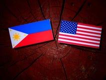 Philippinen kennzeichnen mit USA-Flagge auf einem Baumstumpf lizenzfreie stockfotografie