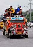 Philippinen, Mindanao; Jeepney mit Passagieren auf die Oberseite lizenzfreie stockfotos