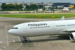 Philippines Airlines Airbus 330 taxiing to gate at Changi Airport Stock Photos