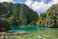 Philippinische Boote in der Lagune von Coron-Insel, Palawan, Philippinen stockfotografie