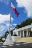 Philippinische Flagge u. Berg Samat Shrine lizenzfreies stockbild