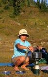 Philippinische Frau, die auf Campstove kocht Stockbilder