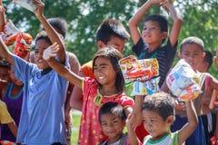 Philippinische Kinder, die in einer Linie stehen und Snack in ihrem halten Stockbild