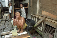 Philippinische Kinder leben auf Mülldeponie im Elendsviertel Stockfotografie