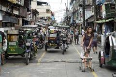 Philippinische Leute, die ihr Alltagsleben in den Straßen von Manila haben stockfotografie