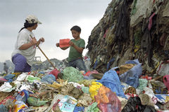 Philippinische Mutter und Sohn der Zusammenarbeit auf Müllgrube stockfotografie