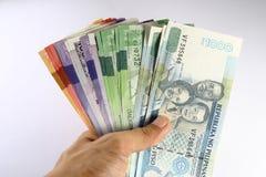 Philippinischer Peso-Rechnungen in der Hand gehalten Stockbild
