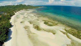 Philippinischer Strand Schattenbild des kauernden Geschäftsmannes Anda-Stadt lizenzfreie stockfotografie