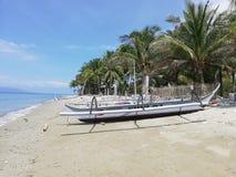 Philippinisches bangka Boot auf tropischem Strand stockfotografie