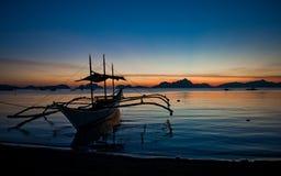 Philippinisches Boot auf Sonnenuntergang Lizenzfreie Stockbilder