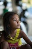 Philippinisches Mädchen, das, Erdbebenopfer recht schaut Stockbild