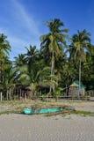 Philippinisches Pumpenboot auf dem Ufer lizenzfreie stockbilder